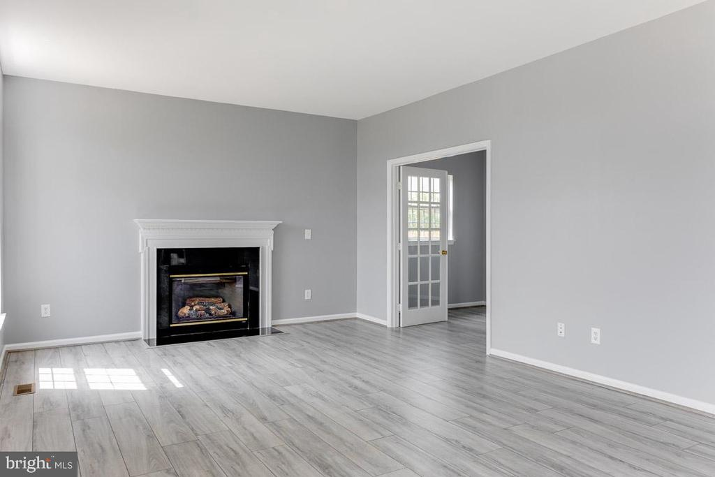 Office opens in  the family room - 11139 EAGLE CT, BEALETON