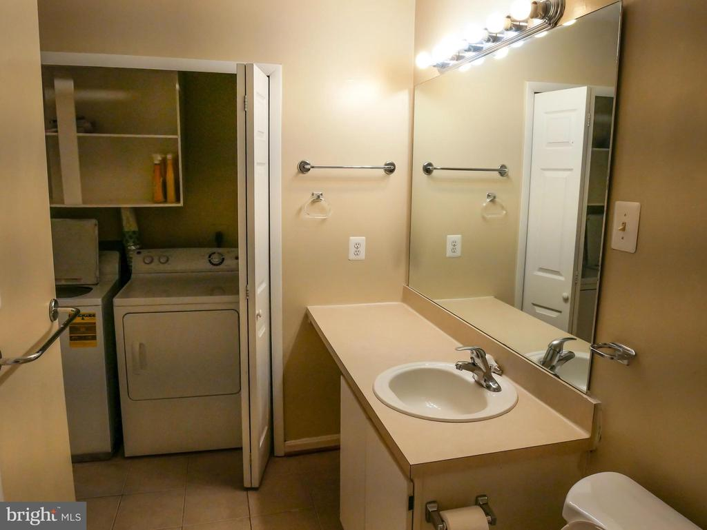Master bathroom and laundry machines - 5761 REXFORD CT #S, SPRINGFIELD