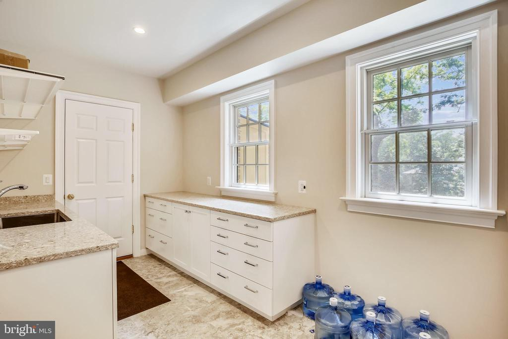 Lots of cabinets , drawers, and a sink - 3038 N PEARY ST, ARLINGTON