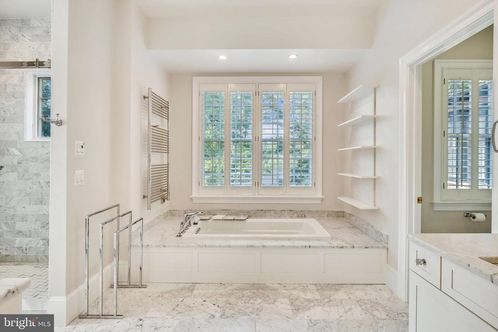 Soaking tub in the Primary suite - 3038 N PEARY ST, ARLINGTON