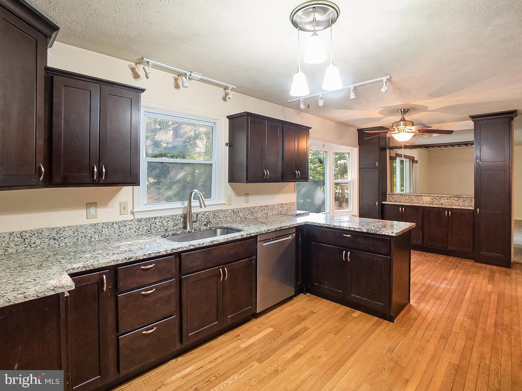 Remodeled Kitchen w/Espresso Cabinetry & Granite - 1122 SPAIN DR, STAFFORD