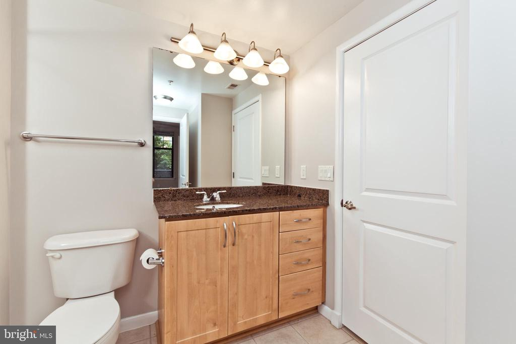 Full Bathroom - 1021 N GARFIELD ST #242, ARLINGTON