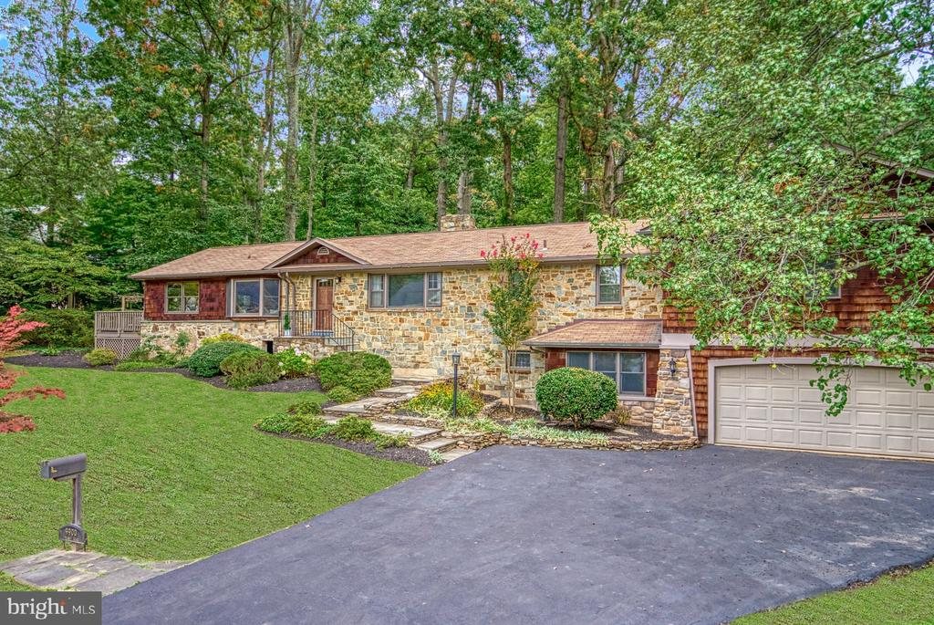 nestled in a 3/4 acre treed lot - 9900 MOSBY RD, FAIRFAX