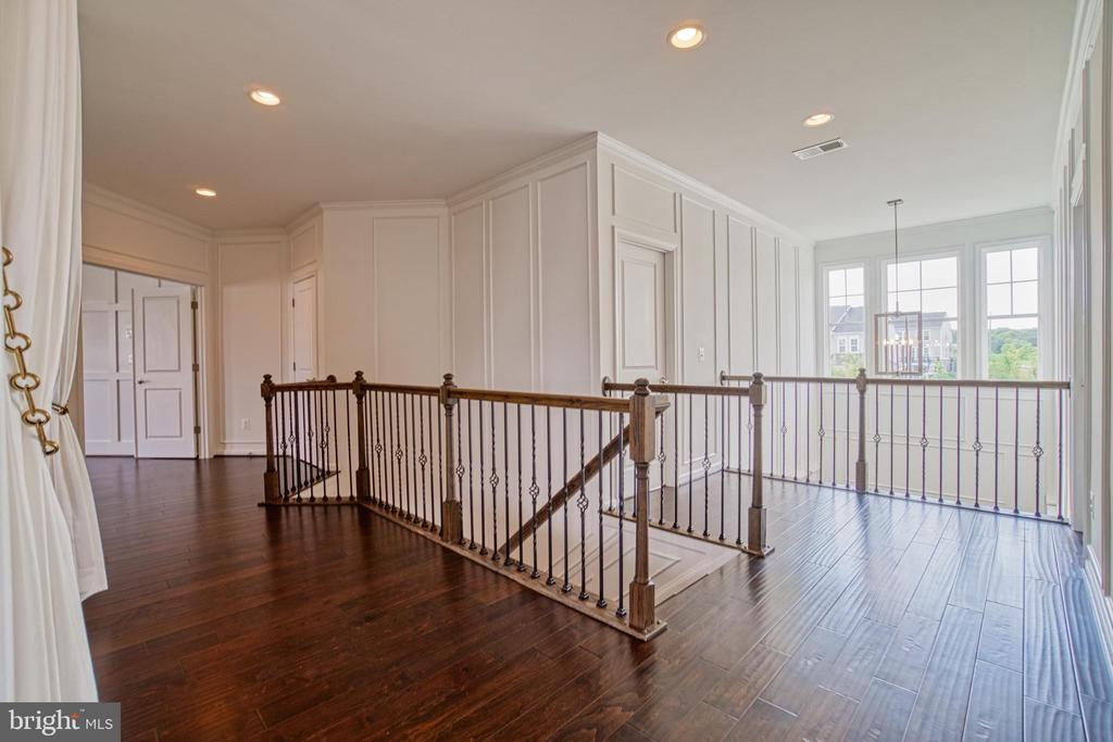 Gorgeous HD WD Floor Throughout Upper Level - 1001 AKAN ST SE, LEESBURG