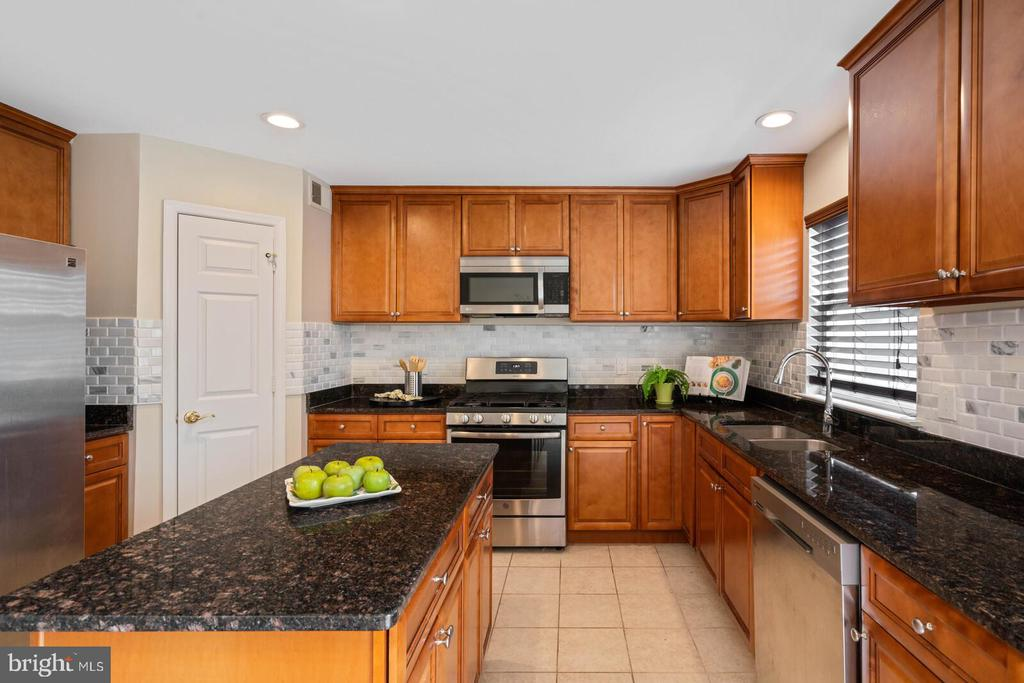 Kitchen with Island - 22916 REGENT TER, STERLING