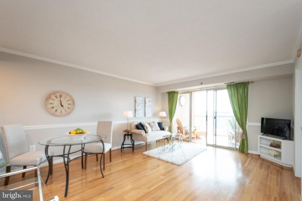 Living area with access to balcony - 2181 JAMIESON AVE #2010, ALEXANDRIA