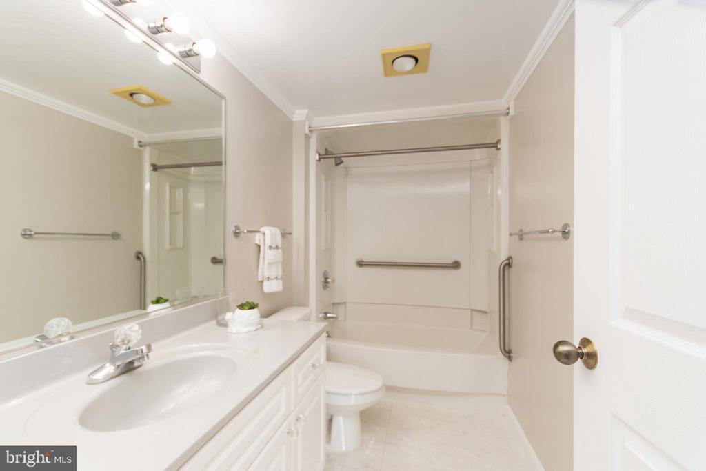 Full bathroom off bedroom 2/office - 2181 JAMIESON AVE #2010, ALEXANDRIA