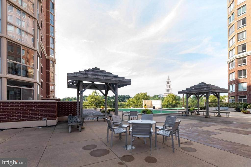 Rooftop seating  with croquet and shuffleboard - 2181 JAMIESON AVE #2010, ALEXANDRIA