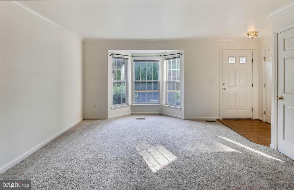 Living room long view - 5970 EDGEHILL CT, ALEXANDRIA