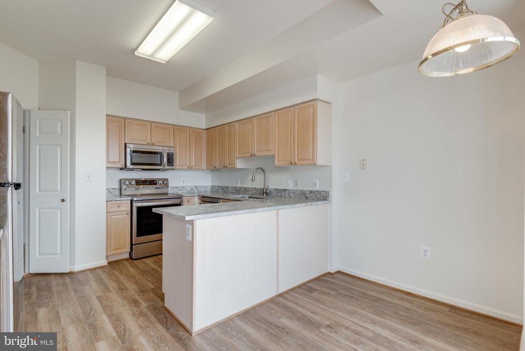 Eat-in kitchen with new LVP floors - 19365 CYPRESS RIDGE TER #816, LEESBURG