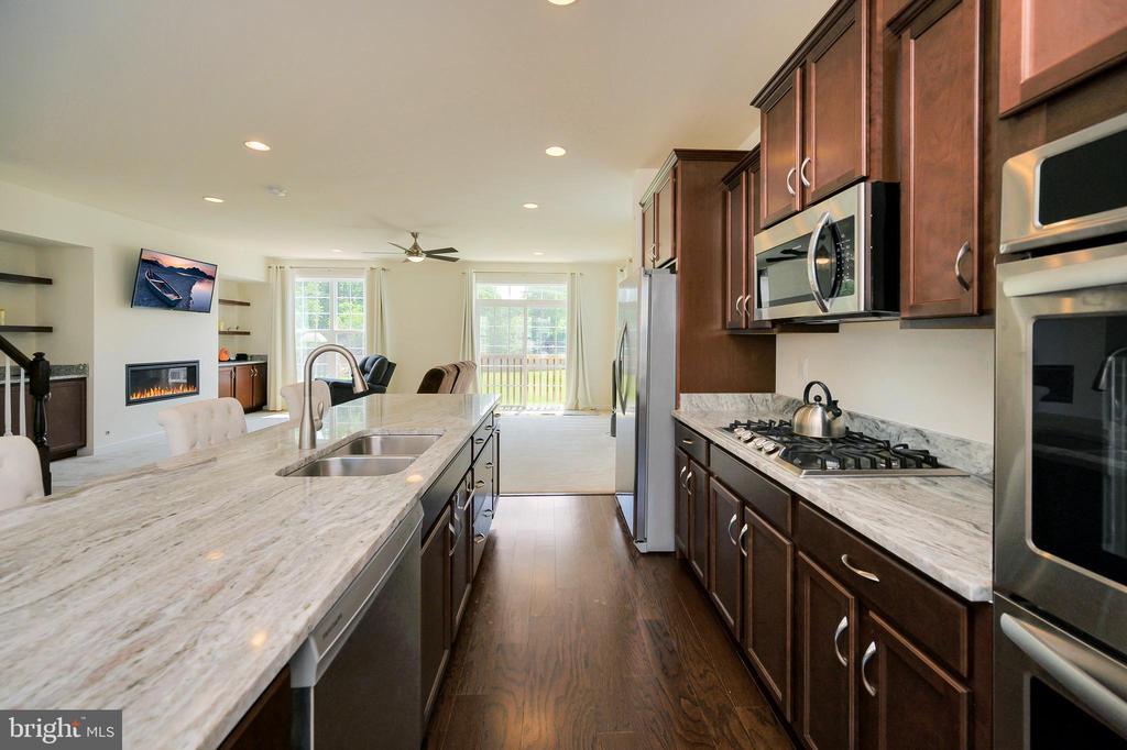 Gorgeous granite countertops & ample storage - 114 THRESHER LN #18, STAFFORD