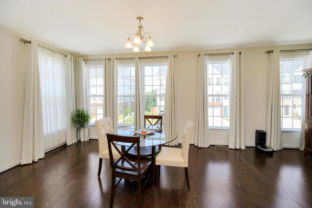 Dining area with center lighting. - 114 THRESHER LN #18, STAFFORD