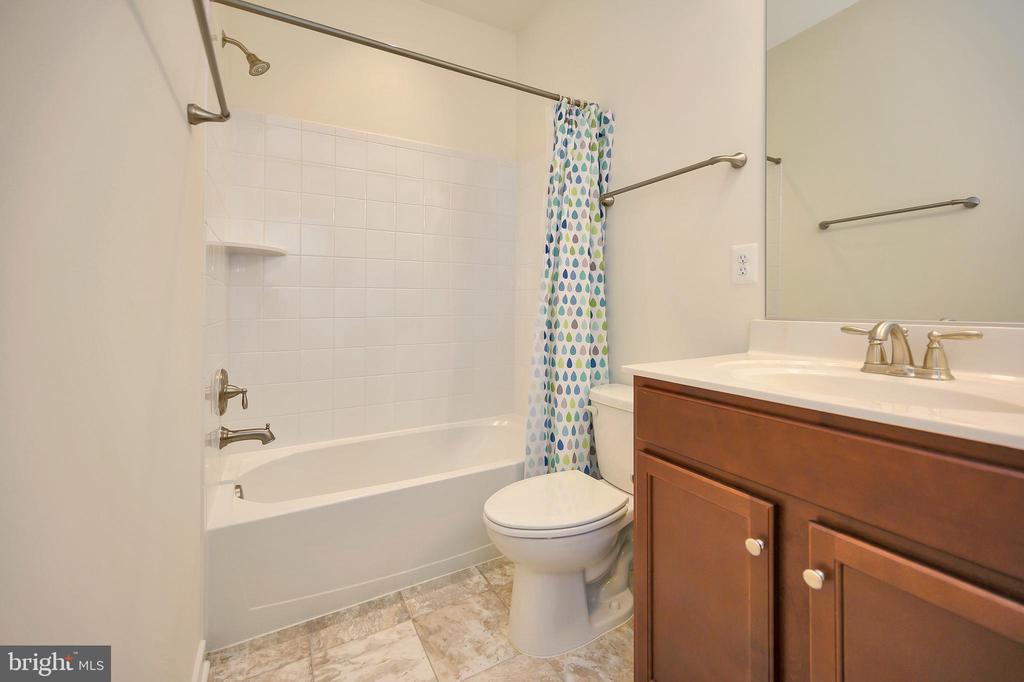 Upper level hall bath with ceramic tile. - 114 THRESHER LN #18, STAFFORD