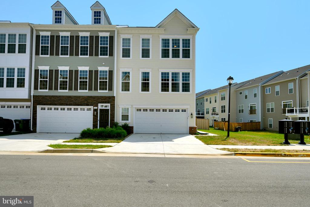 View end unit on the right. - 114 THRESHER LN #18, STAFFORD
