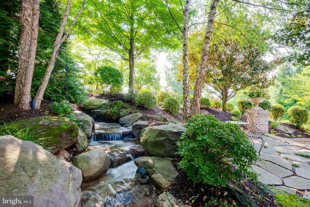 Amazing Waterfall - 15830 SPYGLASS HILL LOOP, GAINESVILLE