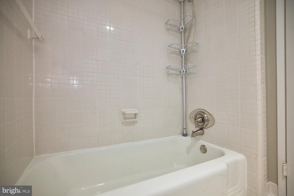 Bathroom Tub - 10570 MAIN ST #517, FAIRFAX