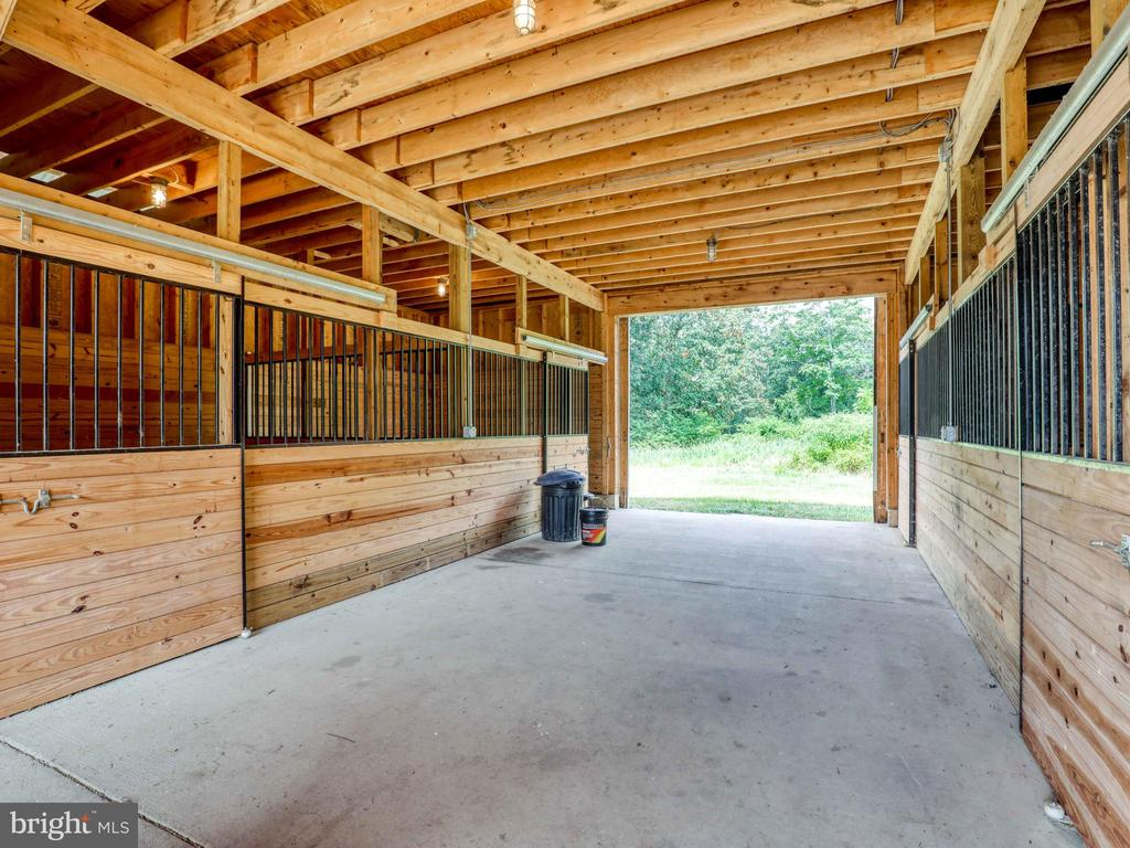 Center aisle horse barn with 4 stalls - 19185 EBENEZER CHURCH RD, ROUND HILL