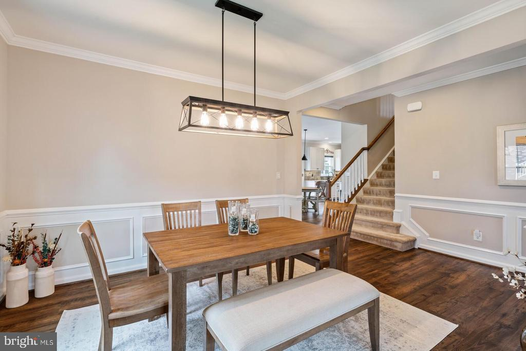 Crown and chair railing, wood floors - 2300 HARMSWORTH DR, DUMFRIES