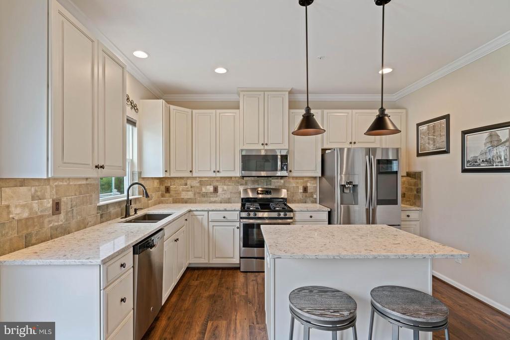 Quartz Counters, stone backsplash, gourmet kitchen - 2300 HARMSWORTH DR, DUMFRIES