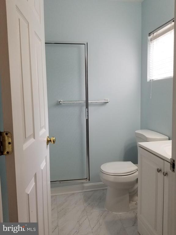 Full bathroom - 23106 BLACKTHORN SQ, STERLING