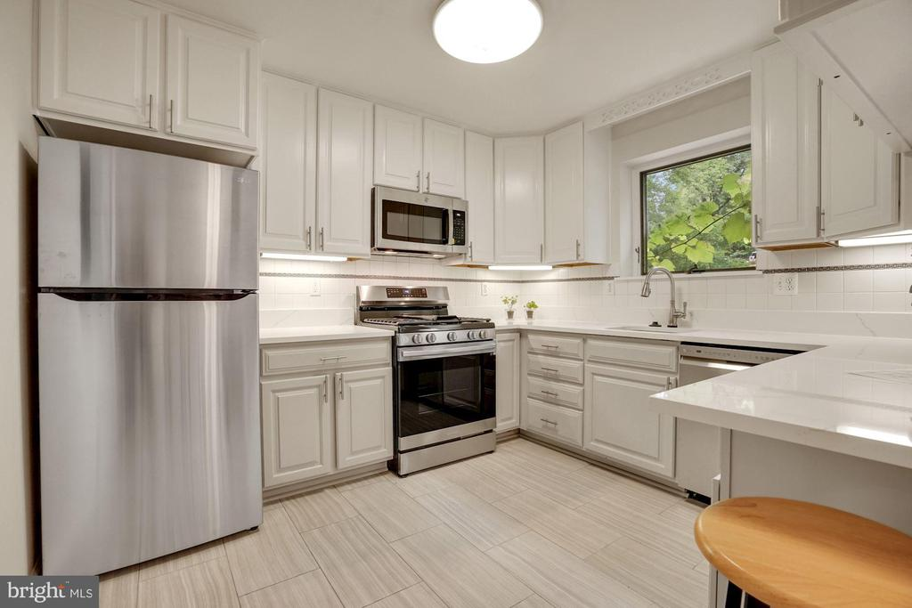 Brand new appliances, flooting, countertops - 5905 DEWEY DR, ALEXANDRIA