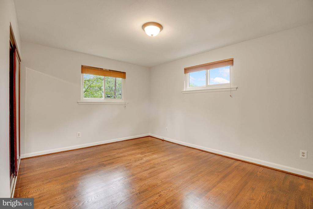 Windows are situated for maximum privacy - 5905 DEWEY DR, ALEXANDRIA