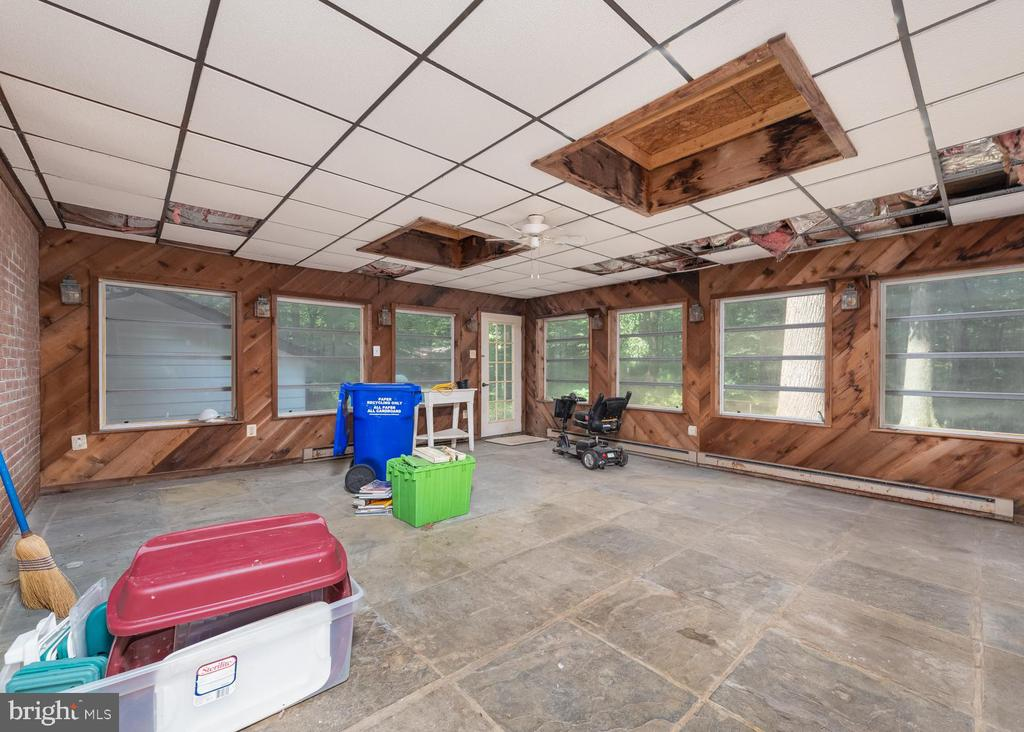 Sunroom (Ceiling Tiles will be replaced) - 16201 DUSTIN CT, BURTONSVILLE