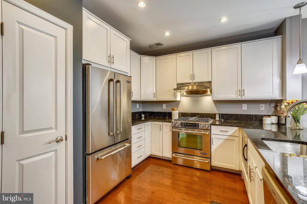 High-end stainless steel appliances - 1418 N RHODES ST #B-112, ARLINGTON