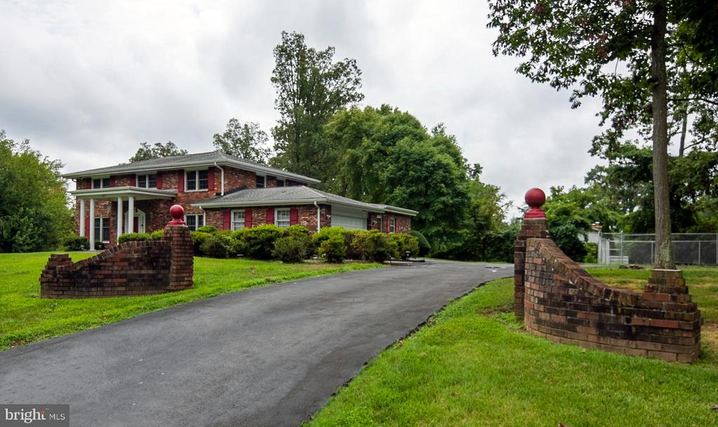Long driveway with 2 car attached garage - 8927 BURBANK RD, ANNANDALE