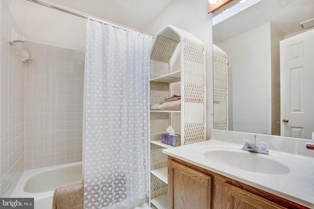Upstairs Hallway Full Bath w/ Skylight - 11515 BEND BOW DR, FREDERICKSBURG
