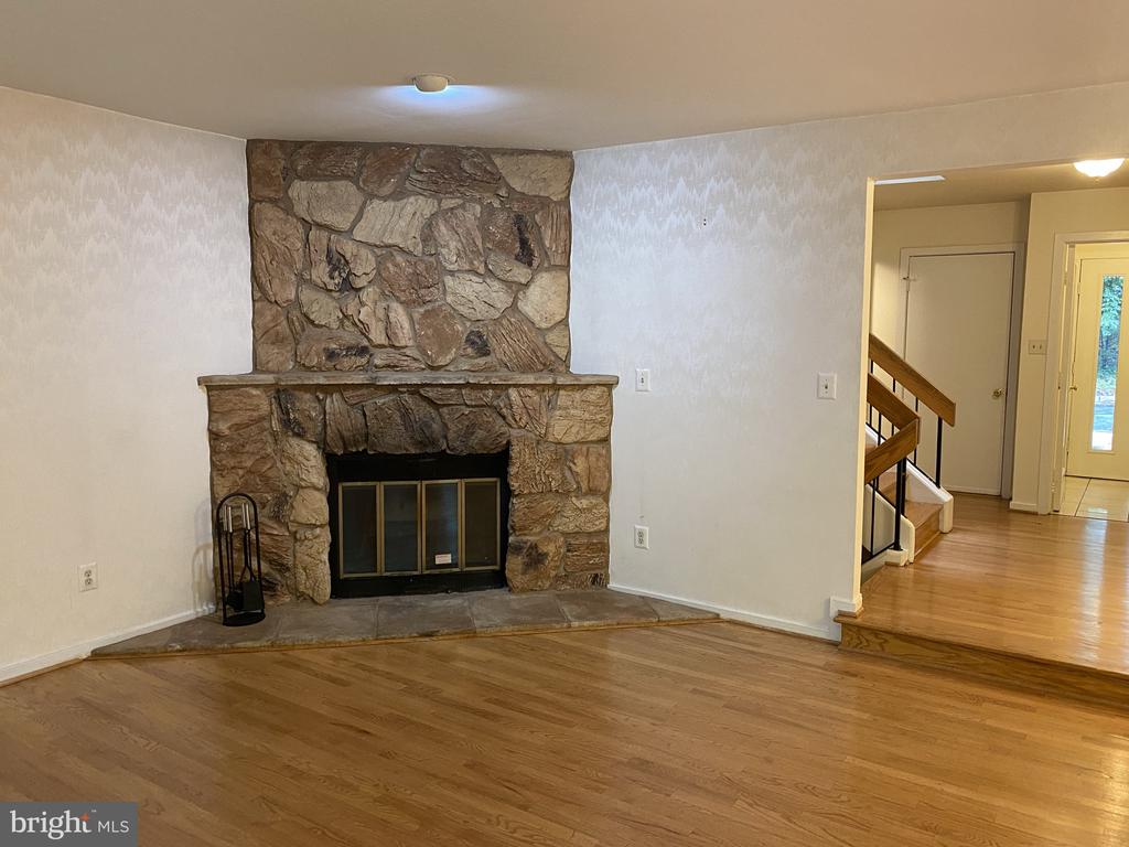 Living fireplace - 11605 CLUBHOUSE CT, RESTON