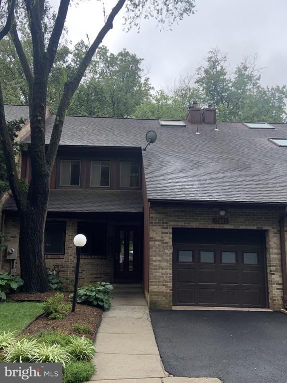 Unique private cluster of townhouses - 11605 CLUBHOUSE CT, RESTON