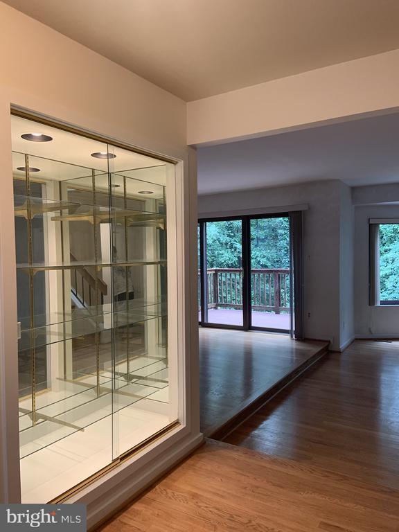 Glass showcase - 11605 CLUBHOUSE CT, RESTON
