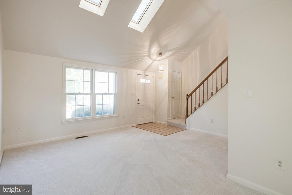 Living Room with skylights - 14499 WHISPERWOOD CT, DUMFRIES