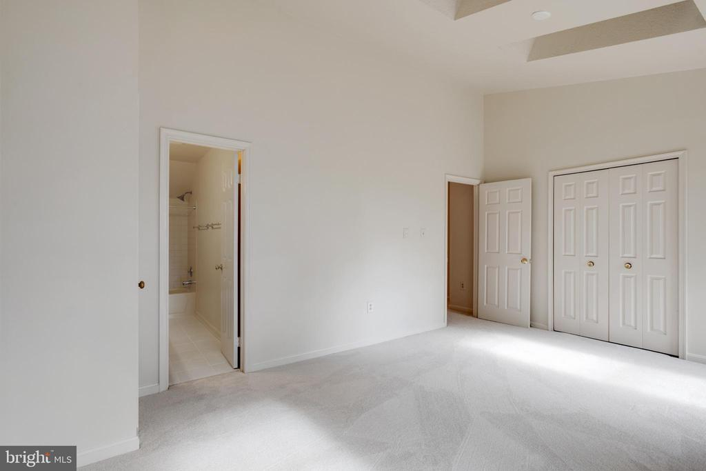 Main Bedroom with vaulted ceilings - 14499 WHISPERWOOD CT, DUMFRIES
