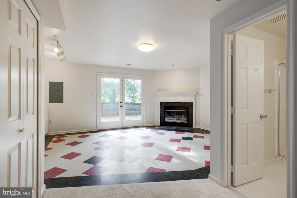 Large Family Room with walkout basement doors - 14499 WHISPERWOOD CT, DUMFRIES