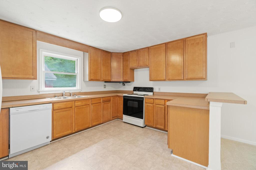 Kitchen with window over sink - 781 COURTHOUSE RD, STAFFORD