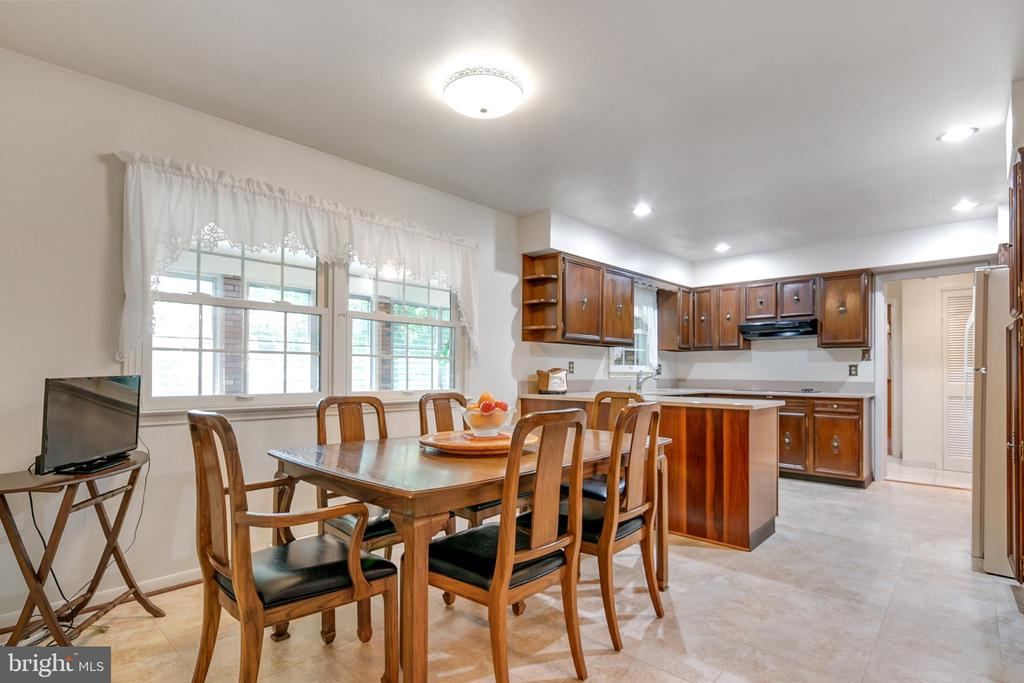 Large eat-in space in kitchen - 8927 BURBANK RD, ANNANDALE