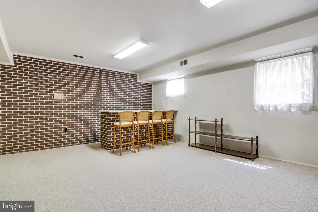 Bright and lots of natural light - 8927 BURBANK RD, ANNANDALE