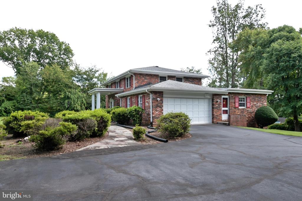 Large driveway accommodates many guests - 8927 BURBANK RD, ANNANDALE
