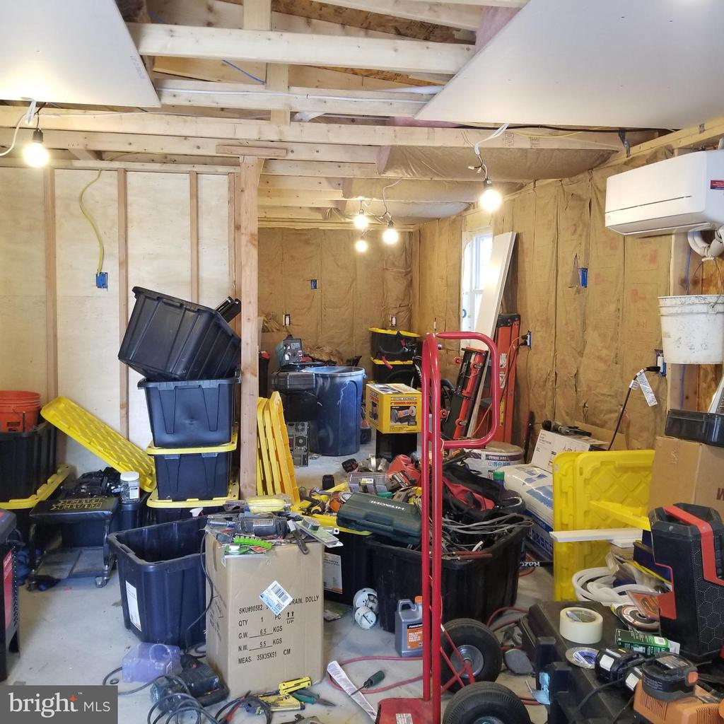 Garage Office - (personal items will be removed) - 11020 HESSONG BRIDGE RD, THURMONT