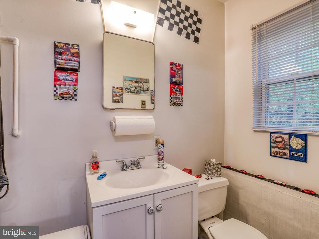 Garage/workshop restroom - 140 BOWMAN LN, WINCHESTER