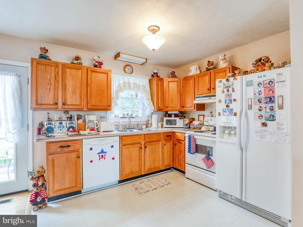 Open floor plan kitchen area - 140 BOWMAN LN, WINCHESTER