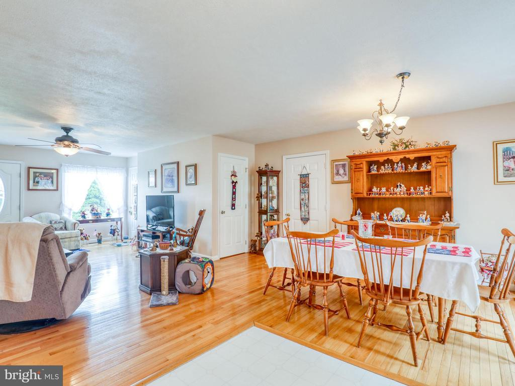 Open floor plan dining room area - 140 BOWMAN LN, WINCHESTER