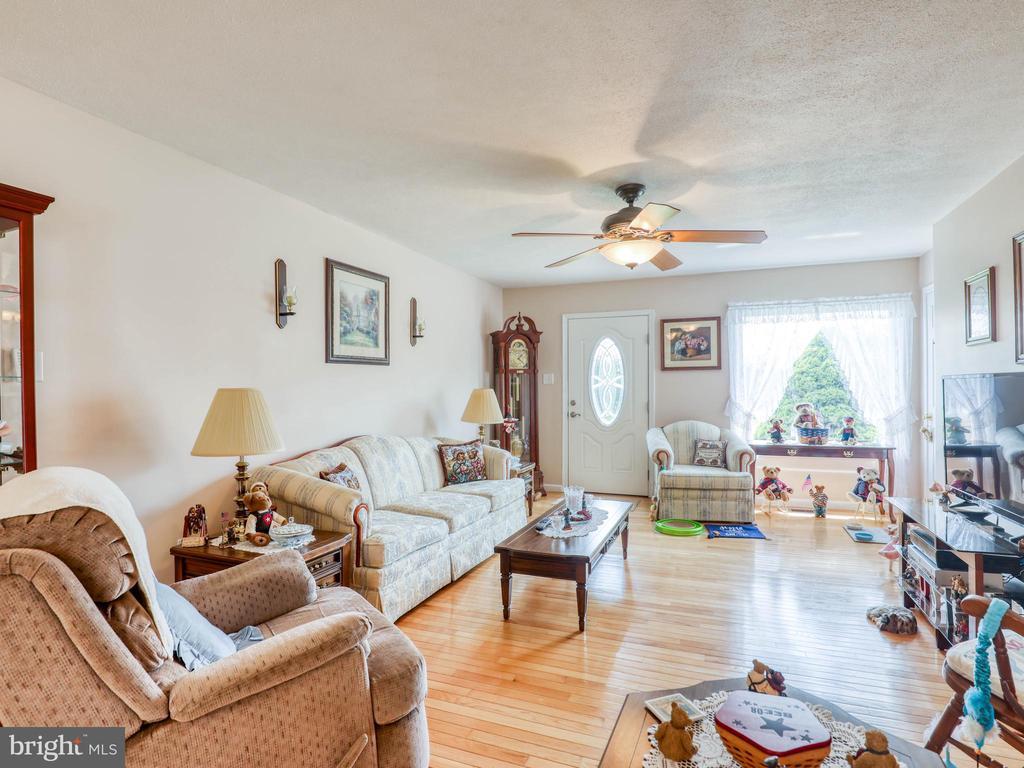 Open floor plan living room area - 140 BOWMAN LN, WINCHESTER