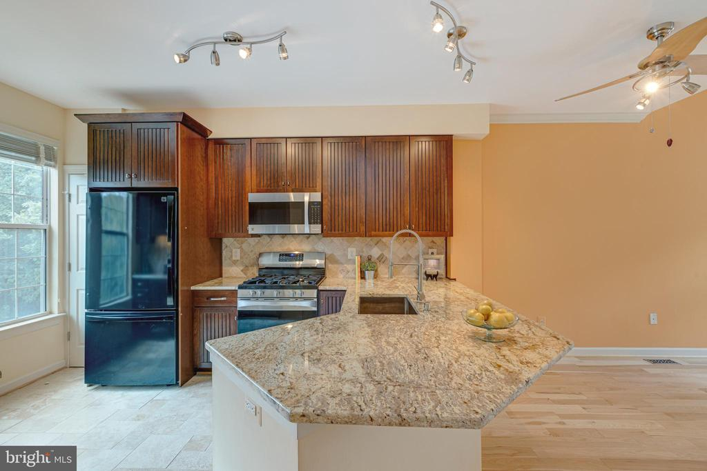 Updated kitchen - 47642 WINDRIFT TER, STERLING