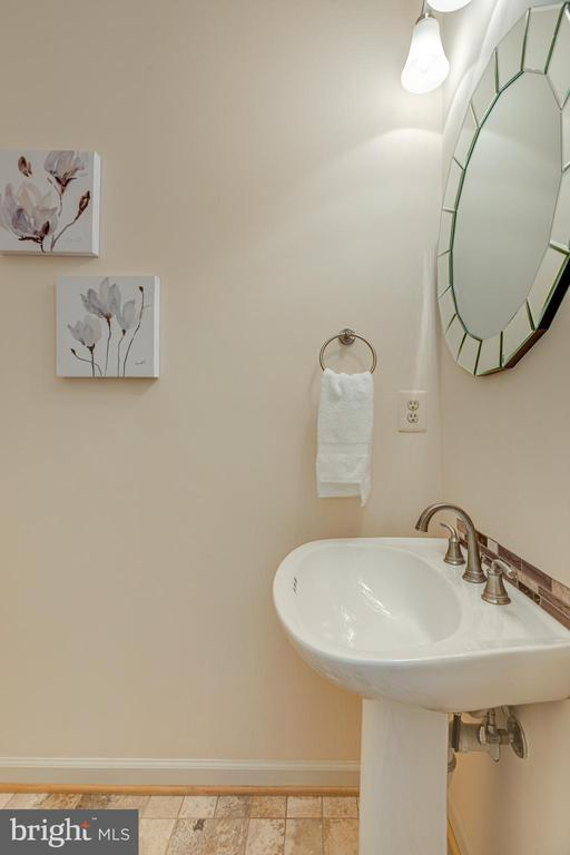 Well maintained half bath - 47642 WINDRIFT TER, STERLING