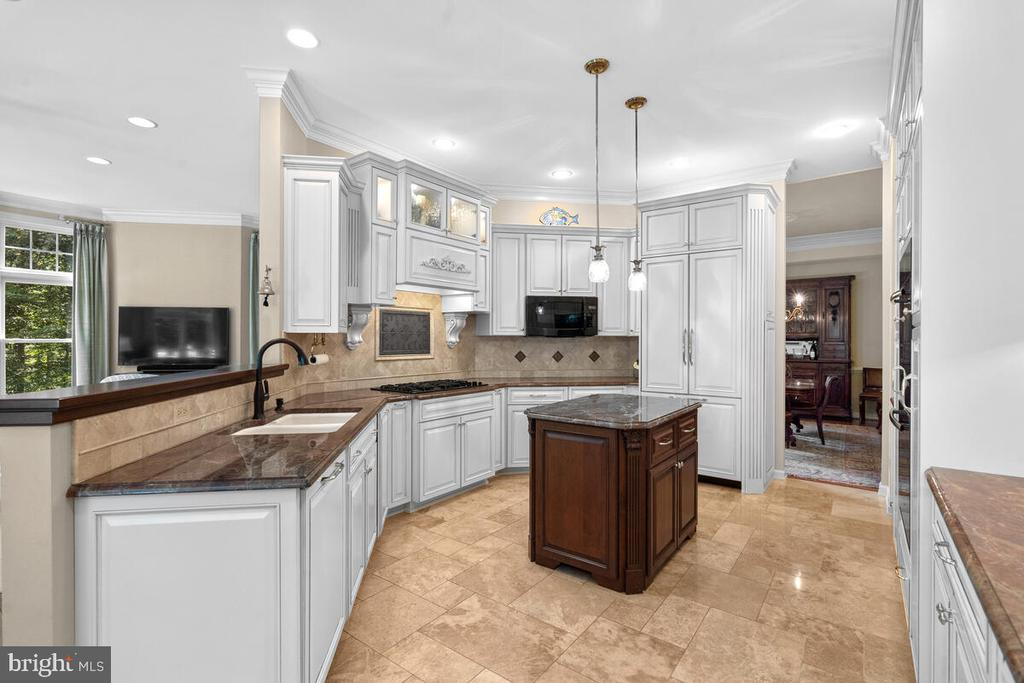 Kitchen: designed for workflow & entertaining - 20260 ISLAND VIEW CT, STERLING