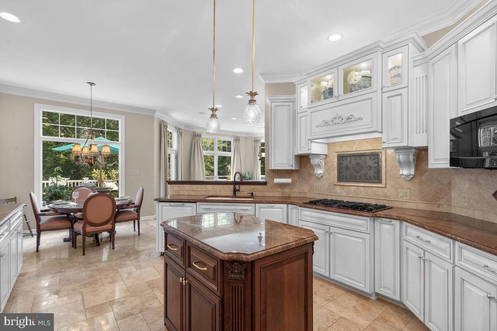 Opens to informal dining, family rm, & decking - 20260 ISLAND VIEW CT, STERLING
