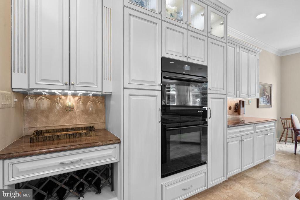 Kitchen: plenty of built-in storage - 20260 ISLAND VIEW CT, STERLING